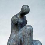 S-025: Sitzender Torso auf ausgehöhltem Stein, 1969, H73,5xB35,5xT32,5cm, Bronze